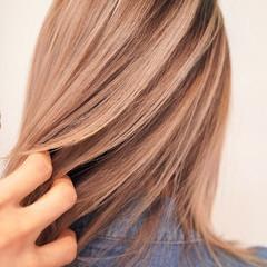 インナーカラー ハイトーン カジュアル ナチュラル ヘアスタイルや髪型の写真・画像