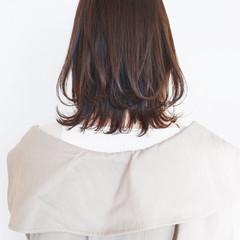 ミディアム アッシュ ベージュ ミディアムレイヤー ヘアスタイルや髪型の写真・画像