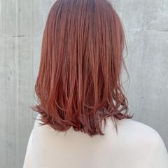 ミディアム チェリーレッド ハイトーンカラー 外ハネ ヘアスタイルや髪型の写真・画像