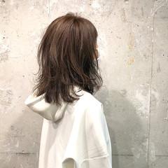 くせ毛 ミディアム ハイトーンカラー 切りっぱなしボブ ヘアスタイルや髪型の写真・画像