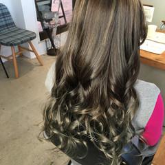 バレイヤージュ シルバーアッシュ 巻き髪 エレガント ヘアスタイルや髪型の写真・画像