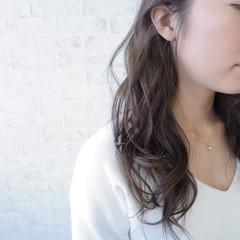 アッシュ セミロング 外国人風 グレージュ ヘアスタイルや髪型の写真・画像