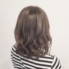 オフィス アッシュ 透明感 ミディアム ヘアスタイルや髪型の写真・画像