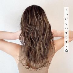 ガーリー ロング ハイライト ミルクティーベージュ ヘアスタイルや髪型の写真・画像