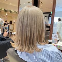 ミディアム ナチュラル ハイトーン ベージュ ヘアスタイルや髪型の写真・画像