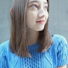 ストレート グレージュ ミディアム リラックス ヘアスタイルや髪型の写真・画像