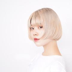 ミニボブ ミルクティーベージュ ブリーチカラー フェミニン ヘアスタイルや髪型の写真・画像