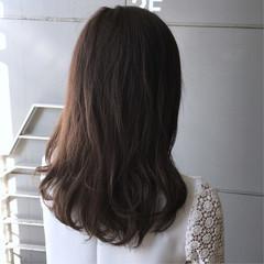 ラベンダーグレー ミディアム 大人カジュアル ツヤ髪 ヘアスタイルや髪型の写真・画像