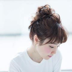 お団子ヘア ナチュラル 簡単ヘアアレンジ ミディアム ヘアスタイルや髪型の写真・画像