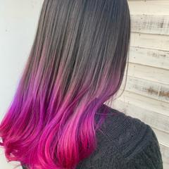 セミロング ベリーピンク グラデーションカラー ブリーチ必須 ヘアスタイルや髪型の写真・画像