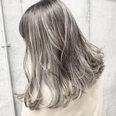 エレガント ミディアム ホワイトシルバー バレイヤージュ ヘアスタイルや髪型の写真・画像