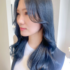 ブルーブラック セミロング 流し前髪 ブルージュ ヘアスタイルや髪型の写真・画像