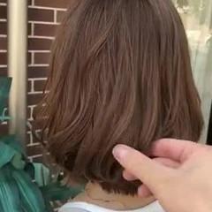 ミルクティー ブリーチカラー ミディアム ミルクティーベージュ ヘアスタイルや髪型の写真・画像