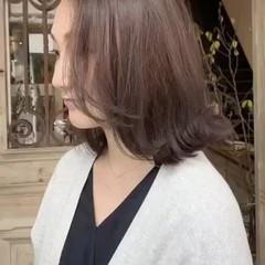 ワンレングス 外ハネボブ ベージュ フェミニン ヘアスタイルや髪型の写真・画像