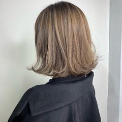 切りっぱなしボブ ミルクティーベージュ ナチュラル アッシュ ヘアスタイルや髪型の写真・画像