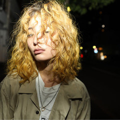 ツイスト ブリーチ ハイトーン イエロー ヘアスタイルや髪型の写真・画像
