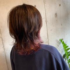 インナーカラー コテ巻き カシスカラー ウルフカット ヘアスタイルや髪型の写真・画像