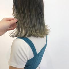 ハイトーンボブ 外ハネボブ ミディアム ナチュラル ヘアスタイルや髪型の写真・画像