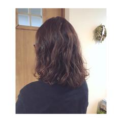 ミディアム パーマ ナチュラル ピンクブラウン ヘアスタイルや髪型の写真・画像