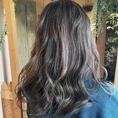 ロング バレイヤージュ グレージュ ミルクティーグレージュ ヘアスタイルや髪型の写真・画像