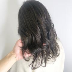 オリーブグレージュ ナチュラル セミロング ブリーチなし ヘアスタイルや髪型の写真・画像