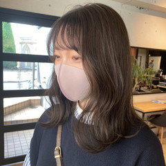 アッシュベージュ ベージュ ミディアム ベージュカラー ヘアスタイルや髪型の写真・画像