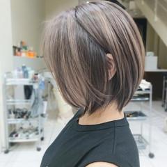 レイヤーボブ シルバーアッシュ ナチュラル ショート ヘアスタイルや髪型の写真・画像