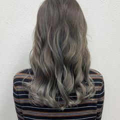 グレージュ シルバーアッシュ ブリーチ ガーリー ヘアスタイルや髪型の写真・画像