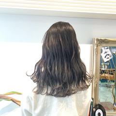 ナチュラル シルバーグレージュ グレージュ ロング ヘアスタイルや髪型の写真・画像
