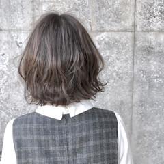 外ハネ ダブルカラー ボブ グレージュ ヘアスタイルや髪型の写真・画像