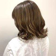 ミディアム ミルクティーグレージュ ハイトーンカラー グレージュ ヘアスタイルや髪型の写真・画像