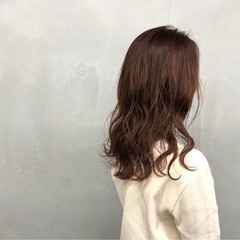 ミディアム ナチュラル レイヤーカット ウェーブ ヘアスタイルや髪型の写真・画像