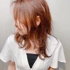 ミディアム オレンジベージュ インナーカラーオレンジ ナチュラル ヘアスタイルや髪型の写真・画像