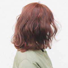ピンク ハイトーン 波ウェーブ フェミニン ヘアスタイルや髪型の写真・画像