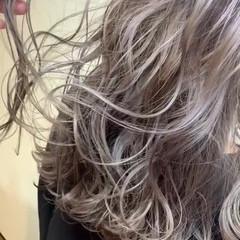 巻き髪 ダブルカラー グレージュ ガーリー ヘアスタイルや髪型の写真・画像