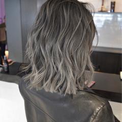 ミディアム グレージュ ハイライト バレイヤージュ ヘアスタイルや髪型の写真・画像