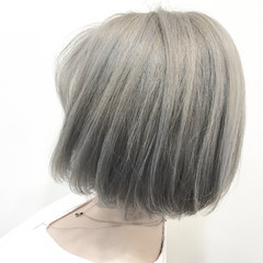 ナチュラル グレージュ ブリーチ シルバー ヘアスタイルや髪型の写真・画像
