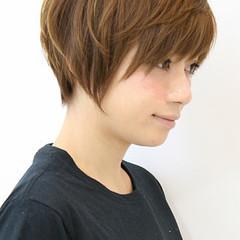 ショートバング 耳かけ ナチュラル 小顔 ヘアスタイルや髪型の写真・画像