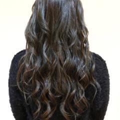 秋 アッシュグレー ロング ナチュラル ヘアスタイルや髪型の写真・画像