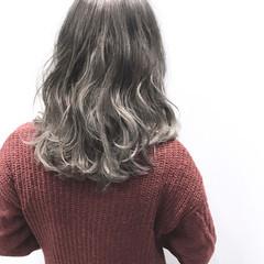 グレージュ ストリート ミディアム アッシュグレージュ ヘアスタイルや髪型の写真・画像