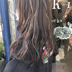 アッシュグレージュ デート ハイライト ロング ヘアスタイルや髪型の写真・画像