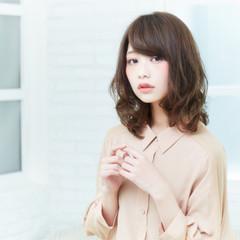 前髪あり アッシュ レイヤーカット フェミニン ヘアスタイルや髪型の写真・画像