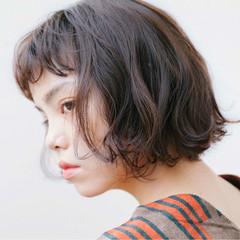 アッシュ パーマ ナチュラル ウェーブ ヘアスタイルや髪型の写真・画像