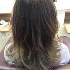 グラデーションカラー アッシュグレージュ セミロング ナチュラル ヘアスタイルや髪型の写真・画像