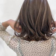 極細ハイライト ミディアム 白髪染め ミルクティーベージュ ヘアスタイルや髪型の写真・画像