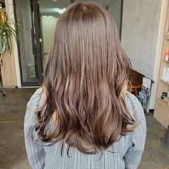 ミルクティーベージュ 透け感 艶カラー ロング ヘアスタイルや髪型の写真・画像