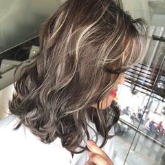 ハイライト ミディアム 波ウェーブ バレイヤージュ ヘアスタイルや髪型の写真・画像
