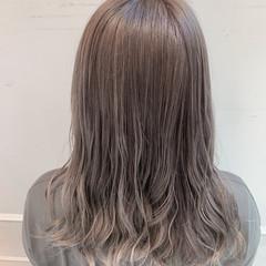 ハイトーンカラー グレージュ ナチュラル セミロング ヘアスタイルや髪型の写真・画像