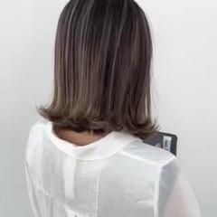 切りっぱなしボブ アッシュベージュ ミディアム コテ巻き ヘアスタイルや髪型の写真・画像