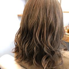 ミルクティーベージュ ダブルカラー セミロング ガーリー ヘアスタイルや髪型の写真・画像